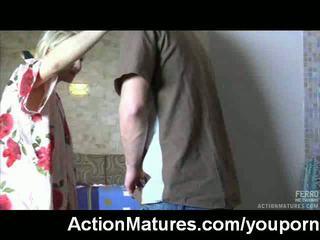 Горещ възрастни милф заловени мастурбиране