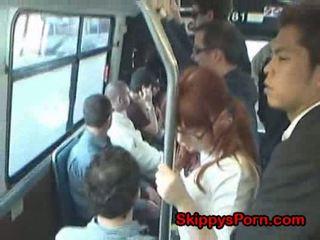 Japonesa escolar finger follada en autobús