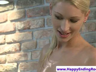 Blondine massage babe pleasing klant lul met haar soft handen