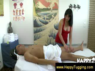 Aziatisch masseuse giving een warm welkom naar een klant