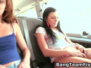 Kussen meisjes onto sofa en zuigen boezem