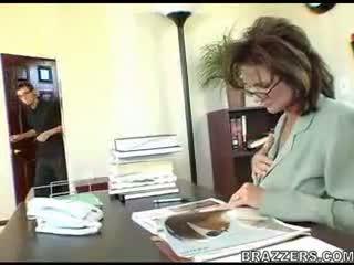 Shefi teasing employe !