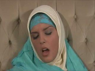 Apdullinātas muslima uz hijab ar liels ķermenis ir a sexaddict