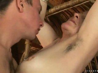 Mummo ja pojat enjoying kuuma seksi