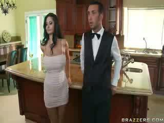 Domineering bevállalós anyuka aki orders neki butler