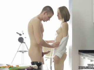 Heet tiener babe zuigen en neuken in haar keuken met sperma