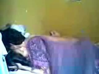 Індонезійська romantic підліток пара робити любов в спальня