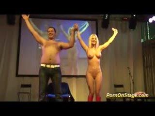 Trakas nfcm izstāde par publisks posms ar seksuālā blondīne skaistule