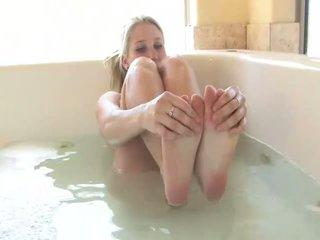 Alanna ohromující blondýnka kotě hrát s sebe v the tub