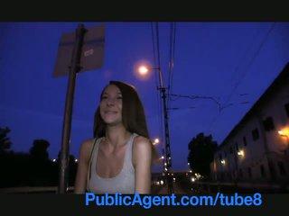 Publicagent smiley bruin haired cutie gets paid voor seks