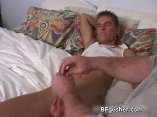 Brandon acquires його сексуальна гей статевий член jerked