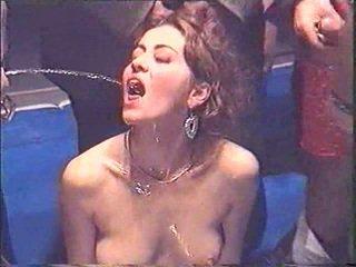 Piss; janune piss joomine tüdruk