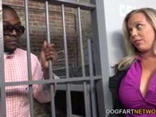 Amber lynn bach fucks a чорна guy в a тюрма