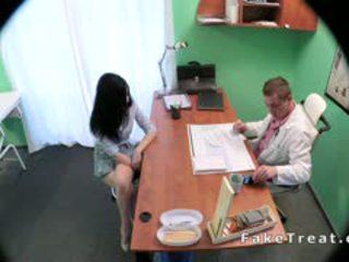 Donker haired patiënt banged door dokter in fake ziekenhuis