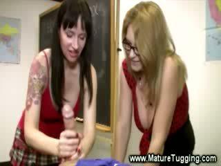 Krūtainas nobriešana are massaging a loceklis
