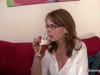 Drunken אמא gets שלה כוס נקדח