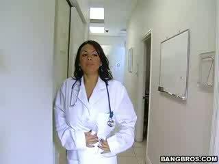 Medic fulfills neki szemérmetlen needs