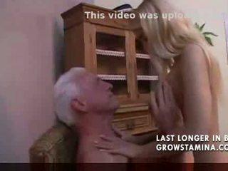 प्यारा ब्लोंड fucks पुराना आदमी