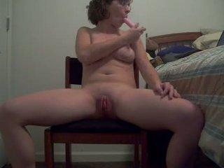 Lelijk teef met heet lichaam puts een dildo omhoog haar bips