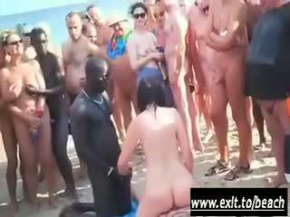 Flere raser fest på den naken strand video