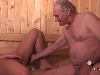 Jeune dögös fekete sodomisee dans un csoportos avec papy.