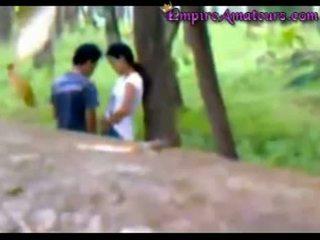 Chinesa casal apanhada a foder em o woods