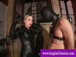 Husmor plays med leashed kön slav