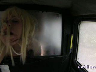 هائل الثدي شقراء مارس الجنس في fake taxi في