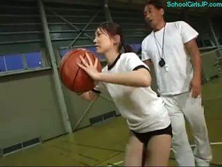 女学生 在 训练 连衣裙 fingered 由 该 教练 上 该 篮球 训练