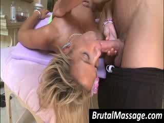 Hottie gives bj līdz masseur