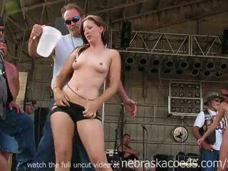 華麗 騎自行車的人 小雞 getting fully 裸體 在 iowa 濕 tshirt 競賽