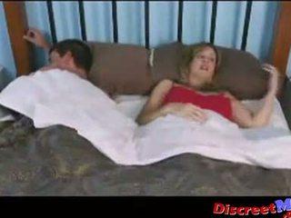 Chłopak i mama w the hotel pokój