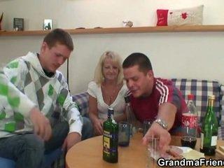 Two partying guys skrūve apreibtas vecmāmiņa