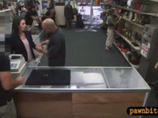 Customers 아내 pounded 에 그만큼 안쪽 방 의 a pawnshop