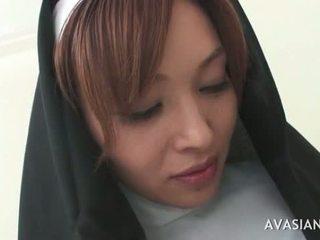 Krásný asijské jeptiška gets gangbanged