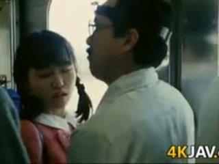 Dziewczyna gets macane na a pociąg