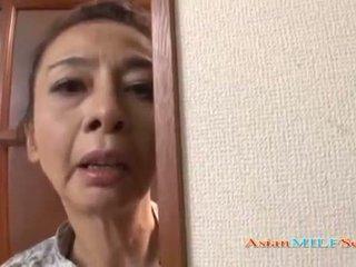 Madura asiática mujer en un tanga sucks un rabo