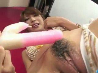 Süß aya sakuraba plays mit spielzeuge im rauh ways