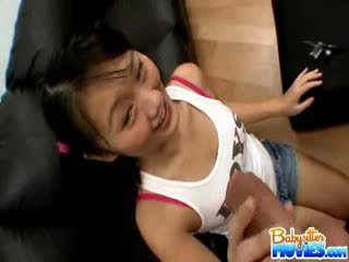 มีอารมณ์ เล็ก พี่เลี้ยงเด็ก evelyn shows ปิด เธอ ตูด และ fingers ลึก