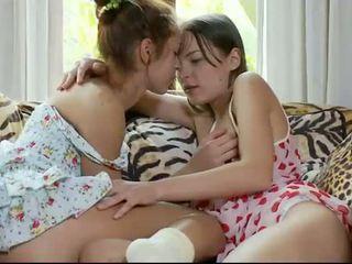 Two uzbudinātas lesbiete tīņi pleasuring vāvere