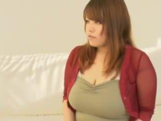 Feit asiatisk jente med stor pupper