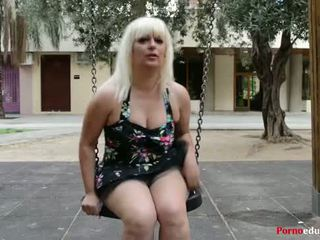 Susana se masturba а escondidas en un parque público