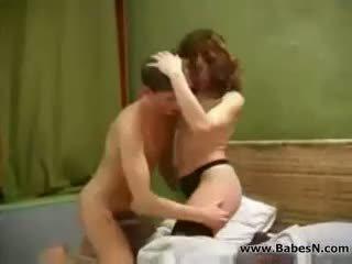 Penis di belahan dada dewasa aunty seks dengan muda laki-laki