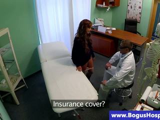 Reāls pusaudze skaistule gets stripped līdz viņai ārsts