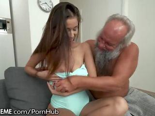 Vectēvs greets pusaudze lover uz viņa towel.