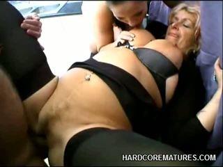 Pieauguša playgirl rides a loceklis