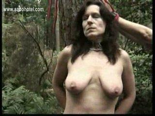 Vergs tied līdz a koks ar got pulled par viņai krūšgali un got