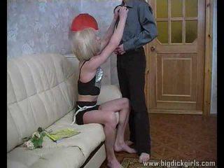 Randy guy drills blondīne crossdresser