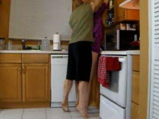 Mama lets syn pieprzyć jej niegrzeczne cipa