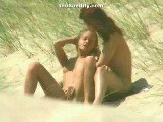 Bagnato fica masturbation su nudista spiaggia